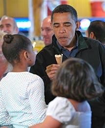 Obama y sus hijas, en el parque. AFP