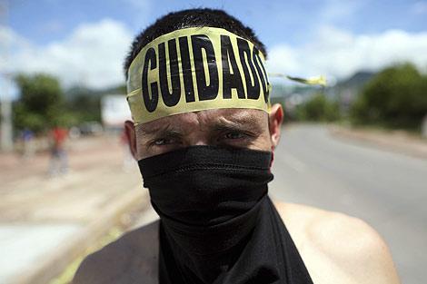 Un simpatizante del depuesto Manuel Zelaya protesta en Tegucigalpa. | AP