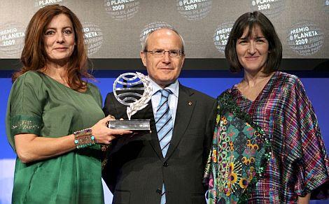 ngeles Caso, acompañada por Montilla y González Sinde, posa con el Premio Planeta. | Efe