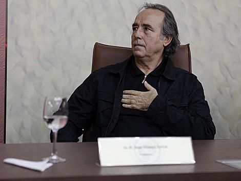 Joan Manuel Serrat sigue atentamente los discursos. | M. C.