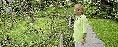 Catalina Montes observa el jardín donde fueron encontrados los cuerpos de los jesuitas. | Lola Leonardo