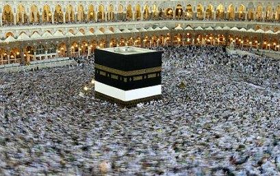 Imagen de los peregrinos dando vueltas alrededor de la Ka'ba, uno de los ritos que forman parte de la peregrinación en La Meca. | Afp