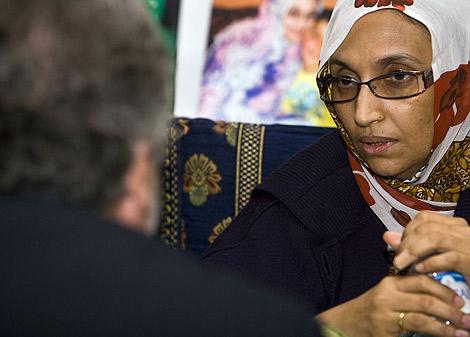 Aminatou Haidar habla con Agustín Santos, emisario de Moratinos. | Reuters