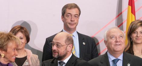 Nigel Farage (centro, fondo) entre 'amigos' en Madrid.   Begoña Rivas