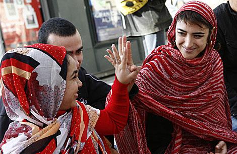 Eva, la joven que acaba de iniciar la huelga de hambre, con la ropa saharaui,   Esther Lobato