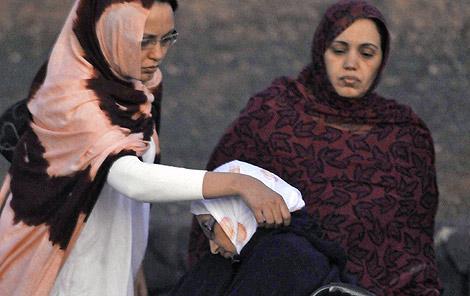 Aminatu Haidar, cada día más débil, con unos familiares ayer en el aeropuerto. | Javier Fuentes
