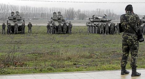Militares del Cuerpo de Caballería en la base de Santovenia.   Montse Álvarez