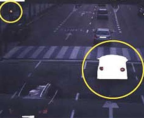 En la imagen puede apreciarse cómo el vehículo multado rebasa el disco en ámbar. (AEA)