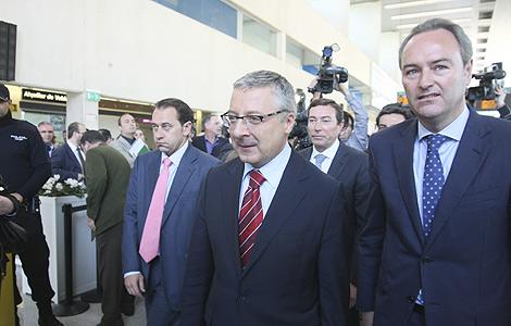 El ministro junto a autoridades de la Comunidad Valenciana en la estación de Castellón. | E. T.