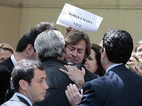 El juez Santiago Pedraz abraza a Garzón tras salir de la Audiencia Nacional. | AP