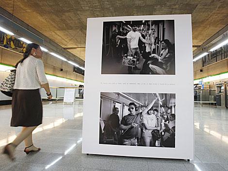 Una mujer pasa junto a uno de los expositores de la muestra.   Conchitina