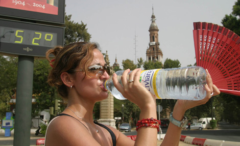 Una turista se refresca en Sevilla el pasado fin de semana. | Fernando Ruso