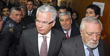 Garzón, increpado por seguidores de Videla a la salida.   AP