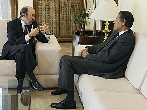 Rubalcaba y su homólogo marroquí, Taib Charkaui, durante el encuentro. | AFP