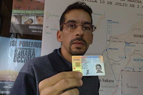 Ahmed Yedu Salem Lecuara enseña su DNI español. | Carlos Márquez
