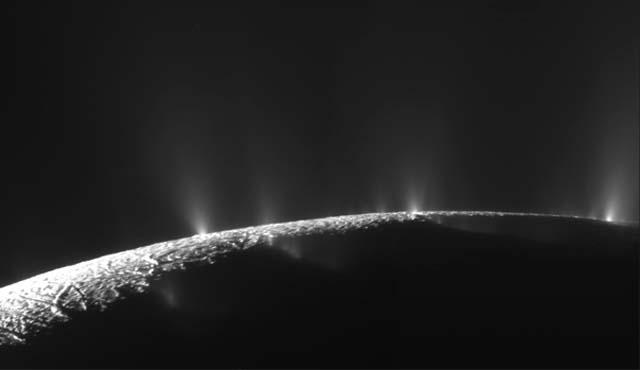 Géiseres en Encelado.   NASA,JPL,SSI