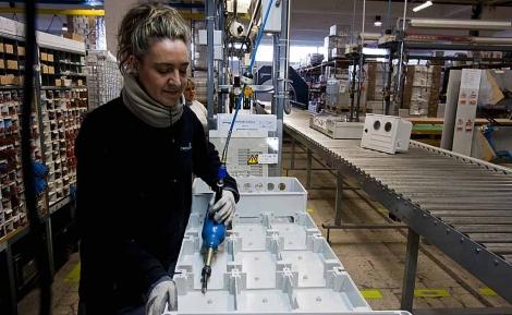 Una de las operarias de Uriarte Safibox trabaja en uno de los prototipos.|Iñaki Andrés