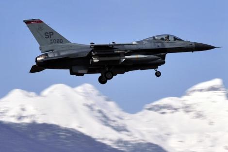 Un avión de combate F16 del ejército estadounidense sobrevuela Italia.   Afp