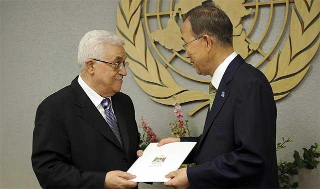 Abu Mazen entrega la solicitud al secretario general de la ONU, Ban Ki-moon.| Efe