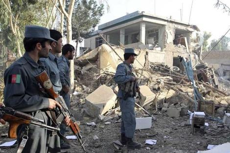 Policías afganos, en el lugar del atentado.| Reuters