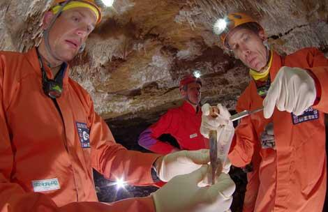 Recogiendo muestras en la cueva. | ESA