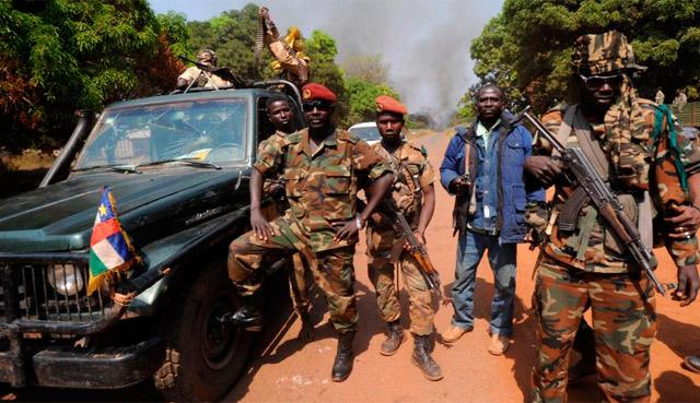 Miembros de los rebeldes el pasado jueves cerca de la capital. | Afp
