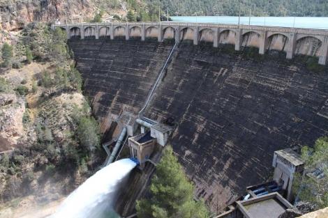 Embalse de Fuensanta, en el Segura, aliviando agua y con un lleno histórico este año. | CHS