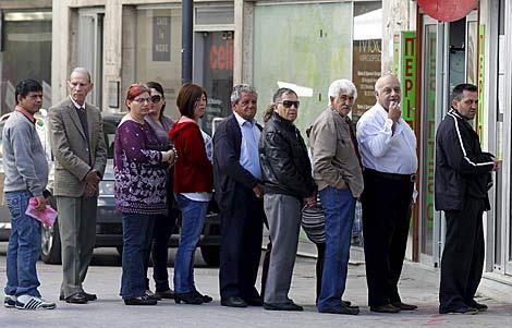 Colas ante el Banco Laiki en Chipre. | Reuters