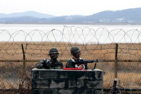 Soldados surcoreanos vigilan la zona demilitarizada. | Efe