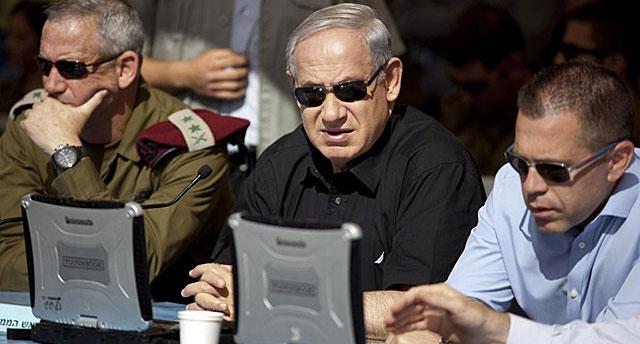 Benjamin Netanyahu, entre los jefes de las Fuerzas Armadas israelíes Gantz y Erdan. | Reuters
