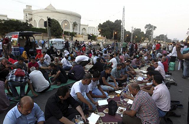 Seguidores de Hermanos Musulmanes hacen una pausa para romper el ayuno del Ramadán. | Efe