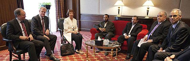 Catherine Ashton, junto a representantes de los Hermanos Musulmanes en El Cairo.   Efe