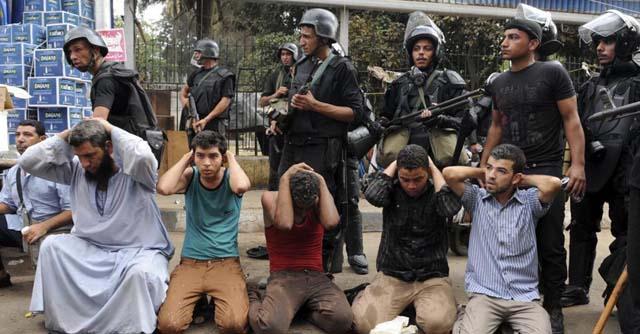 Miembros de las fuerzas de seguridad junto a un grupo de manifestantes | Efe