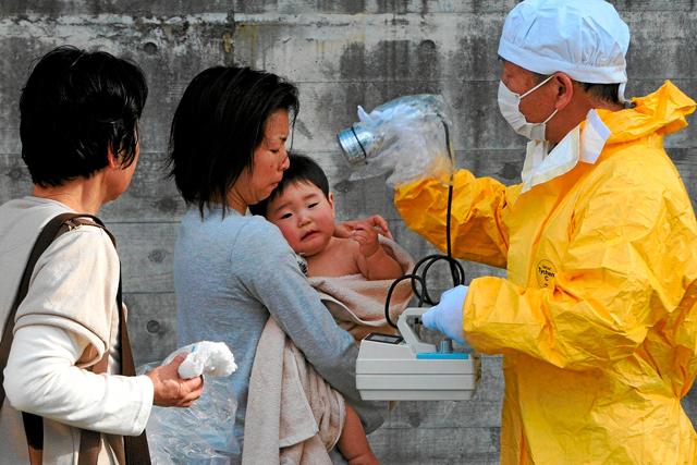 Medición de los niveles de radiación de una mujer y su hijo en Fukushima, en marzo de 2011. | Efe