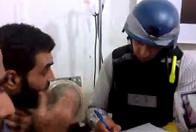 Inspector de la ONU hablando con supuestas víctimas del ataque químico. | Afp