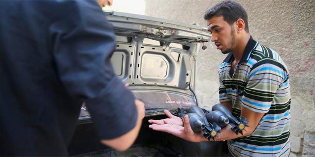 Un joven rebelde cargando armamento en Jobar, Damasco. | Reuters