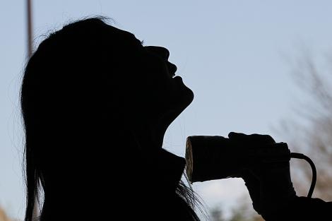 Una mujer es evaluada en Fukushima.