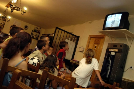 Unos niños viendo la televisión. | Paco Ayala.
