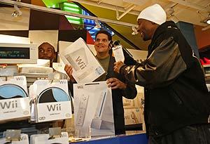 El primer comprador de la Wii, en Nueva York. (Foto: AP)