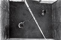 El ruido de las armas. También se usan puñales, sables... Los duelos con bastones de madera son una de las más vistosas artes del 'kalari payat'. Los contendientes manejan el arma a una velocidad asombrosa a pesar del tamaño de los garrotes.