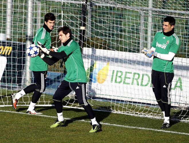 Adán y Pacheco, atentos a Casillas en el entrenamiento del Real Madrid.