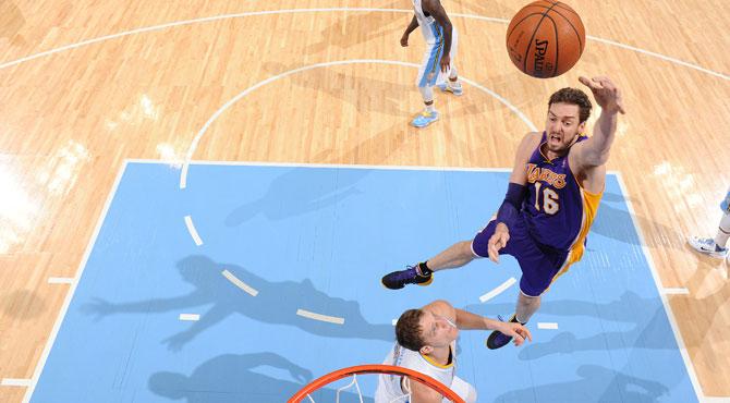 Pau acaba con el tobillo tocado y sus 27 puntos no evitan otro esperpento de los Lakers