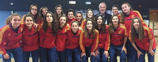 Las jugadoras de la Sub'16 posan con Vicente del Bosque en Las Rozas.