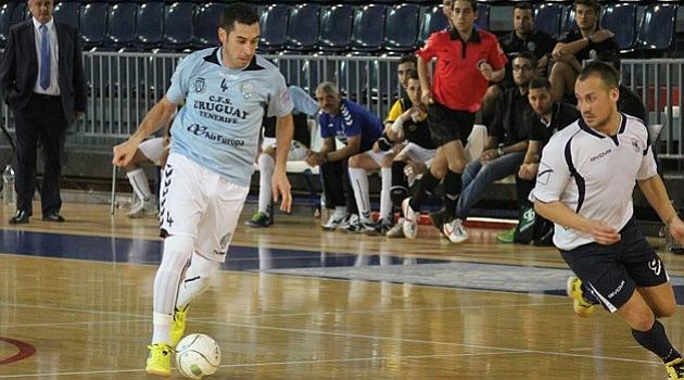 Jacinto conduce el balón durante un envite con Uruguay. Foto: LNFS