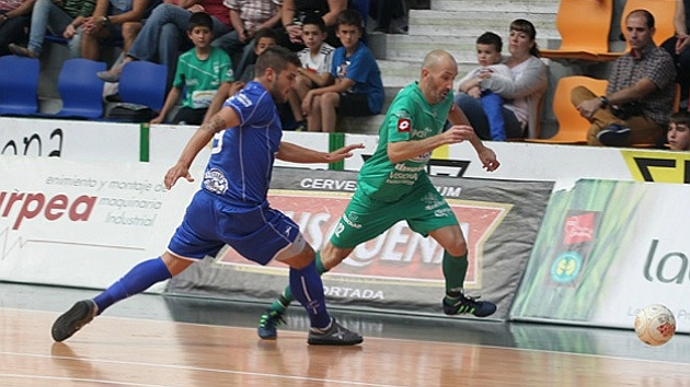 Juanqui lucha por un balón con Eseverri durante un duelo jugado en Peñíscola. Foto: LNFS