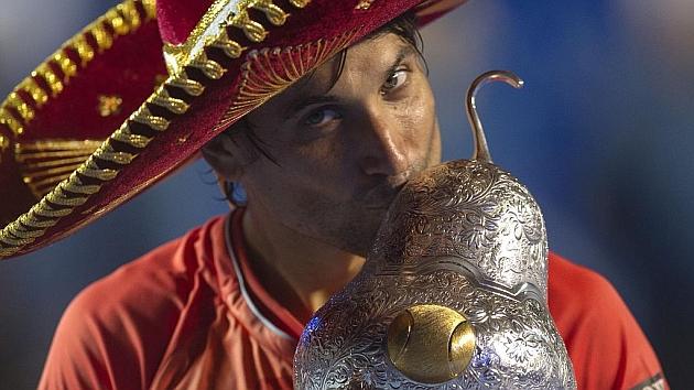 David Ferrer besa el trofeo en Acapulco. Foto: AFP