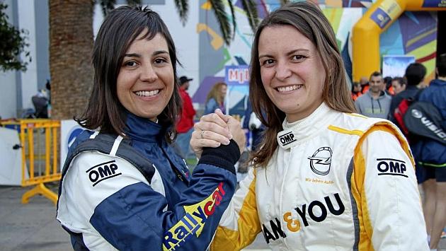 Amàlia Vinyes (32) y Ángela Vilariño (29), en el parque cerrado del Rally Islas Canarias. / NACHO VILLARÍN