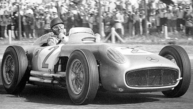 Fangio, pilotando el Mercedes con el que ganó el títutlo de 1955 / MARCA