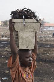 Los niños de las familias más pobres vienen del norte de Ghana y van a la ciudad a vender el 'material' recogido. (Foto: Kate Davison | Greenpeace)