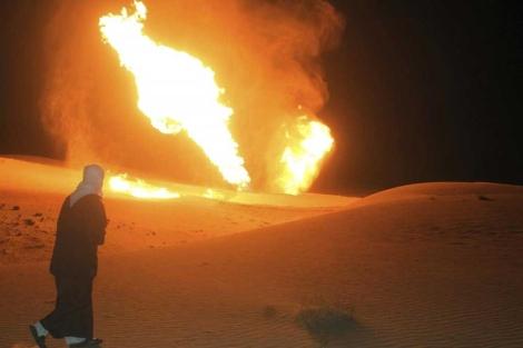 Un hombre observa el fuego tras la explosión en Al Arish (Egipto). | Efe